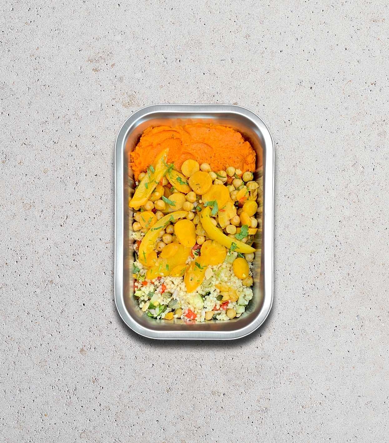 gezonde Bereide maaltijd met Gierst - courgette - tomaat - paprika - wortel - kikkererwt - pompoenpit - zonnebloempit - koriander