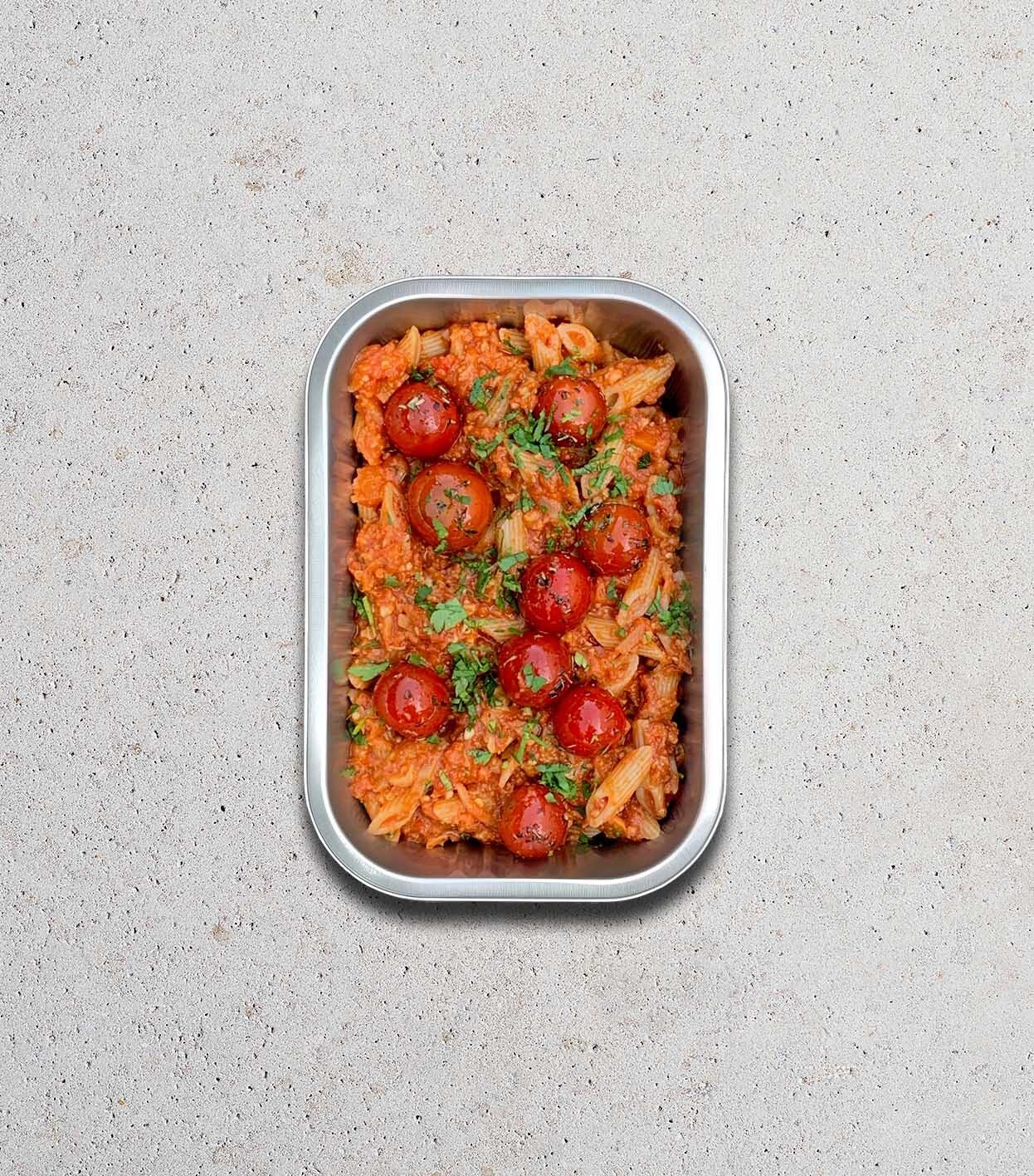 gezonde warm gerecht met groenten bolognaise vegan cashewnoten in meeneemverpakking