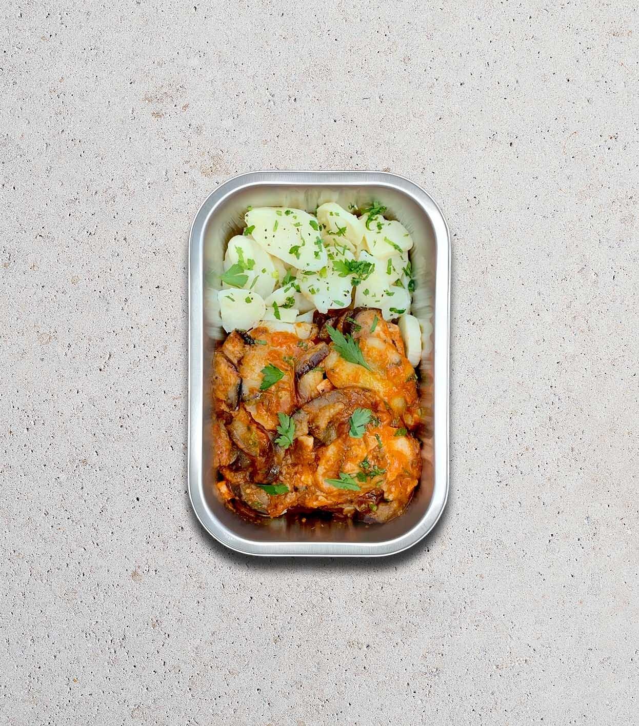 gezonde bereide maaltijd met Aubergine - tomaat - aardappel - mozzarella - basilicum