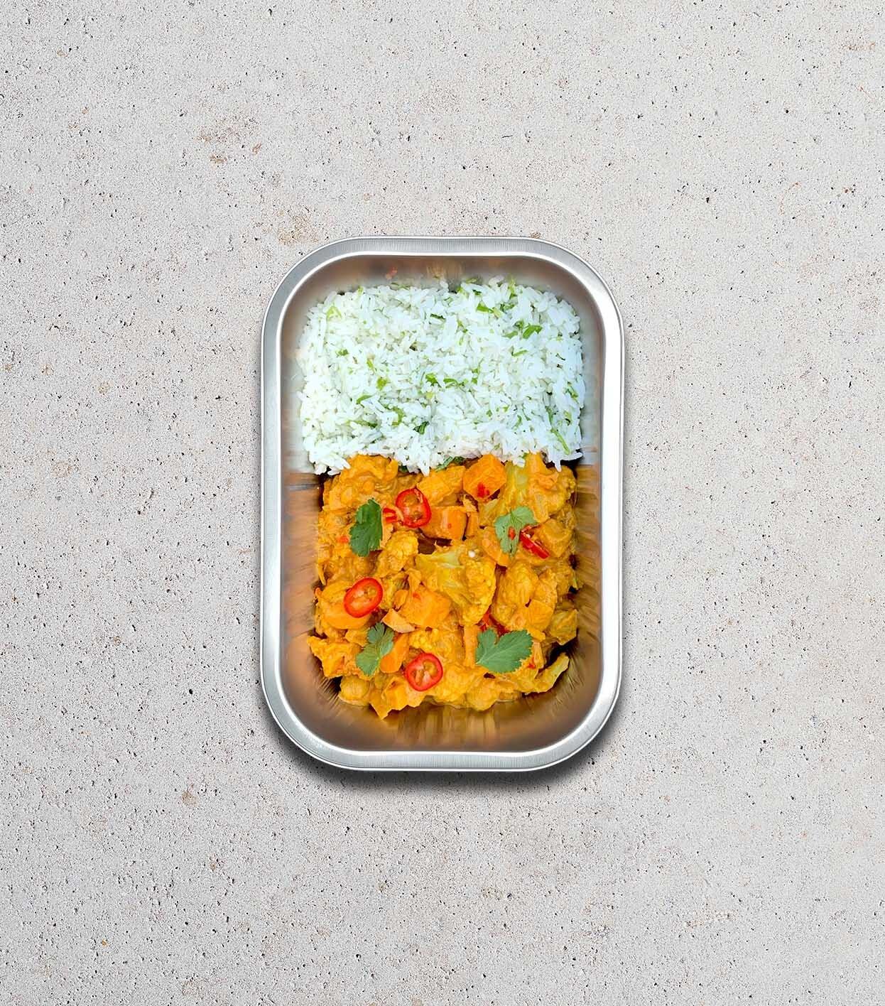 gezonde bereide maaltijd met Rijst - kokosmelk - zoete aardappel - bloemkool - kikkererwten - koriander - rode chili peper