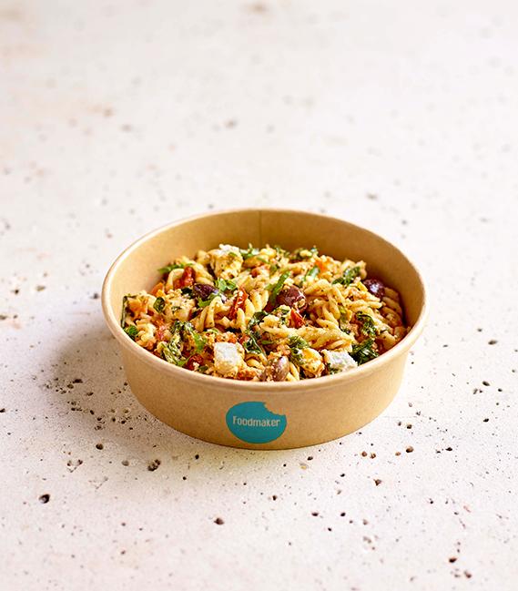 gezonde lunchbowl pastasalade met spirelli feta olijven in meeneemverpakking